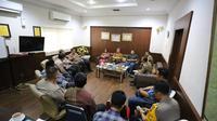 Dalam pertemuan tersebut mereka sepakat untuk saling berkoordinasi dan sama-sama berpartisipasi untuk memberikan pemahaman kepada para mahasiswa agar menjaga kondusifitas.