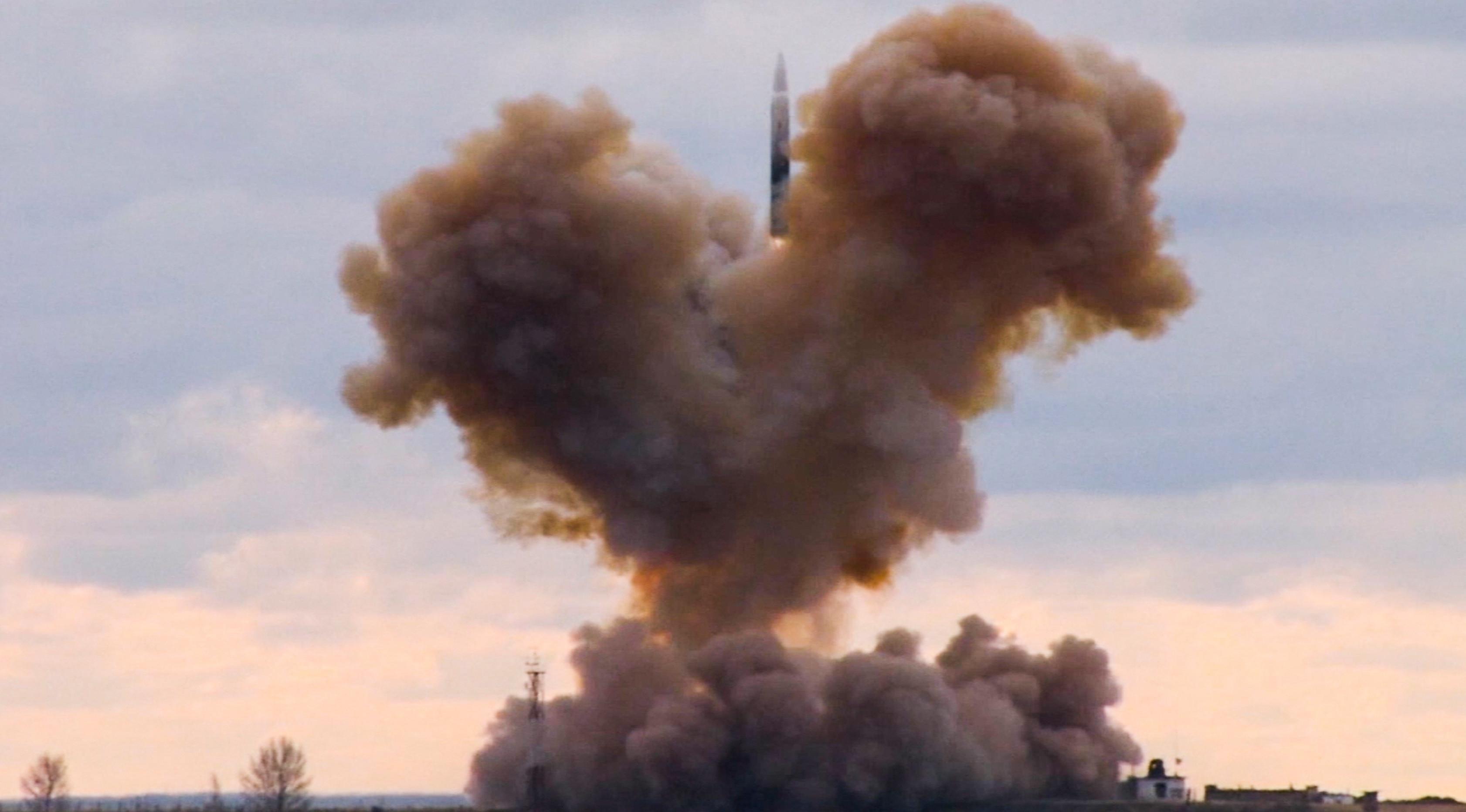 Kendaraan hipersonik Avangard saat peluncuran di lokasi yang tidak diungkapkan di Rusia. Presiden Vladimir Putin mengumumkan bahwa Rusia telah mengembangkan serangkaian senjata nuklir baru. (RU-RTR Russian Television via AP)