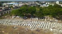 Pemandangan dari udara memperlihatkan kuburan baru ketika jumlah kematian akibat infeksi virus corona COVID-19 meningkat di pemakaman Maria Canals, Guayaquil, Ekuador, 12 April 2020. (Photo by Jose Sánchez/AFP)