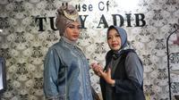 Desainer favorit keluarga Jokowi Tuty Adib memamerkan baju kurung (modest wear) dari tenun Payakumbuh ke ajang mode bergengsi London Fashion Week (Liputan6.com/Fajar Abrori)