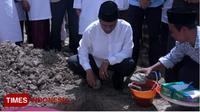 Bupati Lombok Barat, Fauzan Khalid saat melakukan peletakan batu pertama pembangunan Masjid Umar Ibnu Khattab. (Humas Lombok Barat for TIMES Indonesia)