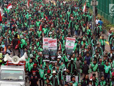 Pengemudi ojek online saat menggelar aksi unjuk rasa di depan Gedung MPR DPR, Jakarta, Senin (23/4). Dalam aksinya mereka menuntut kenaikan tarif. (Liputan6.com/Johan Tallo)