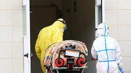 Sejumlah staf medis menyiapkan tandu biocontainment untuk memindahkan pasien COVID-19 di Rumah Sakit San Filippo Neri di Roma, Italia (2/11/2020). PM Italia Giuseppe Conte mengumumkan langkah yang lebih ketat untuk mengekang penyebaran coronavirus baru. (Xinhua/Alberto Lingria)