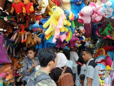 Kios boneka Ragunan dipadati pembeli, Jakarta, Minggu (27/12/2015). Pedagang mengaku omset penjualan pada Libur Natal kali ini melonjak 3x lipat dari pada biasanya. (Liputan6.com/Helmi Afandi)