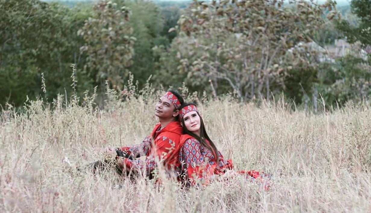 Eny Sagita menikah dengan Kakung Lintang pada 2016. Suaminya diketahui juga merupakan seorang seniman musik. Keduanya pun kerap terlibat dalam pekerjaan yang sama. (Liputan6.com/IG/@eny_sagitathementhul)