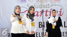 Eddies Adelia (kanan) saat menghadiri acara halal bihalal di Rutan Pondok Bambu, Jakarta, Senin (3/8/2015). Acara silaturahmi ini digagas oleh Yayasan Sahabat Kartini untuk menghibur para penghuni rutan. (Liputan6.com/Panji Diksana)