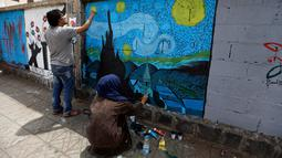 Seniman melukis grafiti pada dinding di Ibu Kota Sanaa, Yaman, Kamis (15/3). Kegiatan ini  merupakan bentuk kampanye yang disebut 'Open Day of Art'. (Mohammed HUWAIS/AFP)