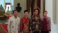 Presiden RI Joko Widodo (dua dari kanan) bersama Menpora Imam Nahrawi menerima Marcus Gideon dan Kevin Sanjaya di Istana Merdeka, Jakarta, Senin (2/4/2018). (Liputan6.com/Hanz Salim)
