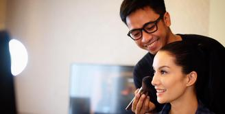 Begini suasana saat Nadya Hutagalung saat di ruang makeup. (foto: instagram.com/bubahalfian)