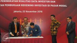 Mendagri Tjahjo Kumolo menyaksikan penandatangan kerja sama pemanfaatan data kependudukan dengan 100 pelaku usaha Bursa Efek Indonesia (BEI) di Jakarta, Selasa (22/11). Penandatangan kerja sama ini masuk dalam kategori MURI. (Liputan6.com/Angga Yuniar)