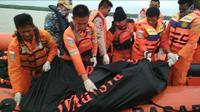 Tim Basarnas Palembang mengevakuasi korban tenggelamnya Kapal Cepat Awet Muda di Perairan Banyuasin Sumsel (Liputan6.com / Nefri Inge)