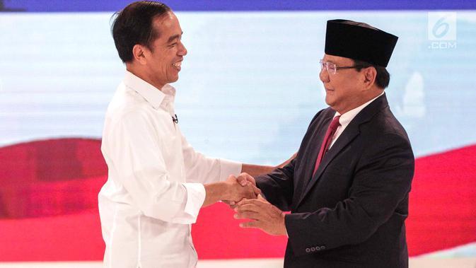 Capres nomor urut 01 Joko Widodo (kiri) dan capres nomor urut 02 Prabowo Subianto (kanan) bersalaman usai debat kedua Pilpres 2019 di Hotel Sultan, Jakarta, Minggu (17/2). (Liputan6.com/Faizal Fanani)