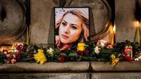 Potret wartawan televisi Bulgaria yang dibunuh, Viktoria Marinova, tampak dikelilingi cahaya lilin di kota Rousse, Bulgaria. (AFP)