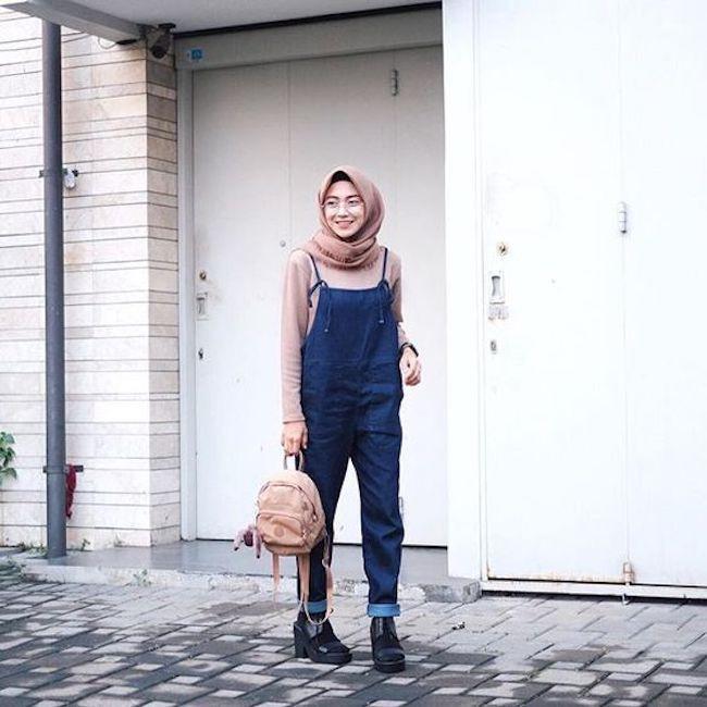 Tampilan kasual dengan overall untuk cewek berhijab. (sumber foto: instagram.com/pinterest)