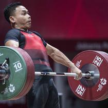Lifter Indonesia, Eko Yuli Irawan, saat berlaga pada Asian Games di JIExpo, Jakarta, Selasa, (21/8/2018). Eko Yuli berhasil menyumbang medali emas angkat besi putra kelas 62kg. (Bola.com/Peksi Cahyo)