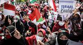 Massa yang tergabung dalam Aliansi Pemuda Indonesia untuk Palestina melakukan aksi solidaritas di depan Kedutaan Besar Amerika Serikat, Jakarta, Selasa (18/5/2021). Massa memberikan dukungan untuk Palestina terkait kekerasan yang terjadi beberapa waktu lalu oleh Israel. (Liputan6.com/Faizal Fanani)