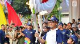 Gubernur DKI Jakarta, Anies Baswedan membawa Api Obor Asian Games 2018 setelah mengelilingi dari Jakarta Timur dan Jakarta Selatan di Balai Kota, Jakarta, Rabu (15/8). (Liputan6.com/Fery Pradolo)