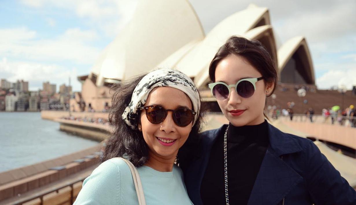 Potret Tatajan bersama sang ibunda saat sedang berlibur Sydney Opera House. Ibu dan anak ini sama-sama kompak menggunakan kacamata hitam. (Liputan6.com/IG/tatjanasaphira)