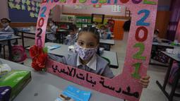 Para pelajar duduk di kelas pada hari pertama tahun ajaran baru di kamp pengungsi Al-Amari di Kota Ramallah, Tepi Barat (6/9/2020). Pelajar Palestina memulai tahun ajaran baru setelah belajar di rumah selama enam bulan akibat Covid-19. (Xinhua/Nidal Eshtayeh)