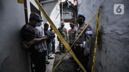 Petugas kepolisian saat berjaga di lokasi kebakaran di Jalan Pisangan Baru III, RT 006/010, Matraman, Jakarta, Kamis (25/3/2021). Kebakaran menewaskan 10 orang akibat terjebak di lokasi yang berada di gang buntu. (merdeka.com/Iqbal S. Nugroho)