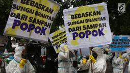 Aktivis Lingkungan membawa spanduk saat unjuk rasa di Kementerian PUPR, Jakarta, Jumat (19/1). Aksi dilakukan sebagai bentuk keprihatinan karena tercemarnya sungai di Jawa Timur terutama Sungai Berantas oleh limbah Popok Bayi. (Liputan6.com/Johan Tallo)