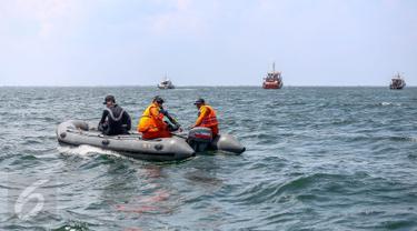 Sejumlah tim Basarnas, Polair, TNI AL menyisir untuk mencari korban hilang dalam tragedi KM Zahro Expres yang terbakar di Perairan Kepulauan Seribu, Jakarta, Senin (2/1). (Liputan6.com/Faizal Fanani)