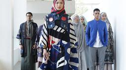 Model berjalan di catwalk pada pembukaan Muffest 2020 di Aquatic Stadium, GBK Senayan, Jakarta, Jumat (30/8/2019). Muffest mempertemukan para pelaku industri busana muslim tanah air, baik yang sudah punya nama dan brand besar, maupun dari pelaku usaha kecil dan menengah. (Fimela.com/Bambang E.Ros)