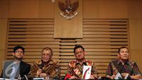 Ketua KPK Agus Rahardjo (kedua kiri) bersama Jamintel Kejaksaan Agung Adi Toegarisman (kedua kanan) memberikan keterangan pers terkait hasil OTT dugaan suap Kejaksaan Tinggi DKI Jakarta di Gedung KPK, Jakarta, Jumat (1/4). (Liputan6.com/Faizal Fanani)
