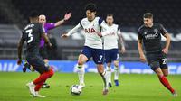 Pemain Tottenham Hotspur, Son Heung-min, menggiring bola saat melawan Brentford pada laga Piala Liga Inggris, di London, Rabu (06/01/2021). Spurs menang dengan skor 2-0. (Glyn Kirk/Pool via AP)