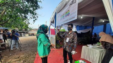 Protokol kesehatan di TPS Pilkada Tangsel. (Pramita/Liputan6.com).