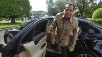 Ketua Komite Ekonomi Nasional (KEN) Chairul Tanjung beranjak keluar dari mobilnya setibanya di Istana Negara untuk menghadap Presiden Yudhoyono di Jakarta, Jumat (16/5). (ANTARA FOTO/Widodo S. Jusuf)