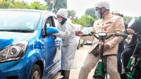 Gaya Gubernur Jawa Barat Ridwan Kamil saat meninjau vaksinasi drive thru (Instagram/@ridwankamil)