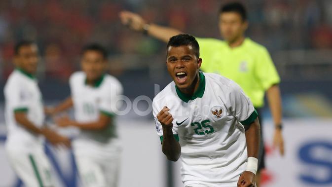 Pemain Timnas Indonesia, Manahati Lestusen, merayakan gol yang dicetaknya ke gawang Vietnam dalam semifinal Piala AFF 2016 di Stadion My Dinh, Hanoi, Rabu (7/12/2016). (Bola.com/Peksi Cahyo)