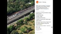 Para pengendara motor 'Maju kena mundur kena' karena dihadang polisi di Jalan Layang Non Tol (JLNI) dari arah Kampung Melayu-Tanah Abang, Jakarta Selatan, Senin (19/2/2018). (Instagram @jktinfo)
