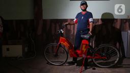 Mujahid (60) berfoto dengan sepeda listrik sigma buatannya di Pondok Gede, Bekasi, Jawa Barat, (15/9/2020). Sepeda listrik sigma berkapasitas 1.000 watt tersebut mampu menempuh jarak 60 Km dengan harga perakitan sebesar Rp 10 Juta. (Liputan6.com/Herman Zakharia)