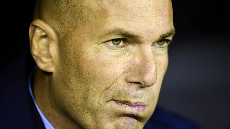 Pelatih Real Madrid, Zinedine Zidane, tampak kecewa usai ditahan imbang Celta Vigo pada laga La Liga Spanyol di Stadion Balaidos, Vigo, Minggu (7/1/2018). Kedua klub bermain imbang 2-2. (AFP/Miguel Riopa)