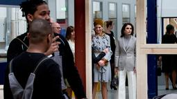 Ratu Belanda Maxima bersama Ratu Yordania Rania mendengarkan penjelasan pihak sekolah Mondriaan ROC kunjungannya di Den Haag, Belanda (21/3). Ratu Rania mendampingi suaminya Raja Yordania Abdullah II mengunjungi Belanda. (AP Photo / Peter Dejong)