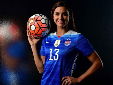 Alex Morgan, pesepak bola wanita asal AS saat melakukan sesi foto di Los Angeles, California. Alex menurut Time menerima bayaran sebesar $450.000. (Getty Images/AFP/Harry How)