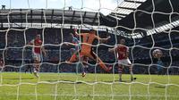 Enam menit jelang waktu normal berakhir, Ferran Torres menorehkan golnya yang kedua pada pertandingan ini. Bola hasil sundulan Torres tak mampu dihalau kiper Arsenal, Bernd Leno. (Foto: AFP/Oli Scarff)