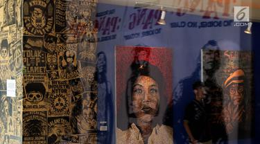 """Pengunjung melihat Pameran Visual bertajuk """"Pang! No Border, No Class"""" yang di selenggarakan di Galeri Cipta 3, Tim, Jakarta Pusat (22/4). Pameran ini menampilkan karya empat perupa. (Liputan6.com/Johan Tallo)"""