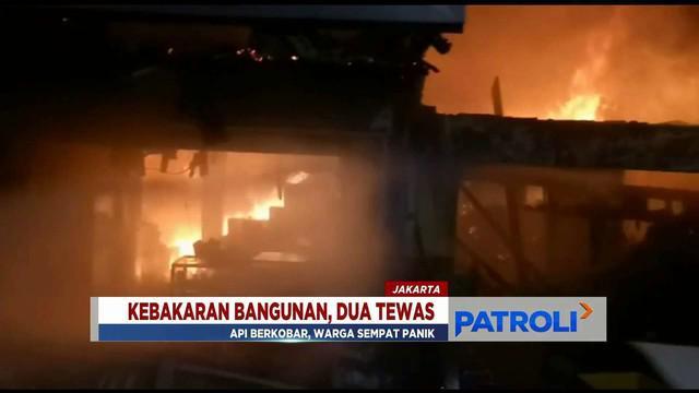 Warga dibantu petugas membersihkan puing dan mencari harta yang tersisa usai kebakaran di Pasar Kambing, Tanah Abang.