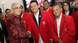 Ketua Dewan Pembina PKPI, Try Sutrisno, menyampaikan ucapan selamat kepada Ketua Umum PKPI Diaz Hendropriyono saat pelantikan pengurus DPN PKPI periode 2018-2024 di Jakarta, Rabu (30/5). (Liputan6.com/Immanuel Antonius)