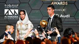 Georgina Rodriguez usai menemani kekasihnya Cristiano Ronaldo meraih trofi Penghargaan Pemain Terbaik Tahun 2018 diatas panggung selama Dubai Globe Soccer Awards ke-10 di Dubai (3/1). (AFP Photo/Fabio Ferrari)