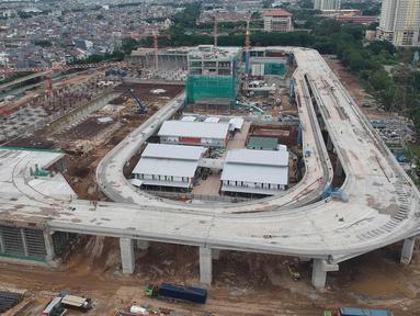 Suasana proyek pembangunan Depo Light Rail Transit (LRT) di kawasan Kelapa Gading, Jakarta Utara, Kamis (25/1). Progres pembangunan proyek LRT Jakarta secara keseluruhan telah mencapai 56,94 persen pada Januari 2018. (Liputan6.com/Arya Manggala)