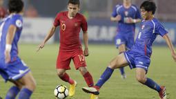 Penyerang Indonesia, Egy Maulana Vikri, berusaha melewati pemain Chinese Taipei pada laga AFC U-19 di SUGBK, Jakarta, Kamis (18/10/2018). Indonesia menang 3-1 atas Chinese Taipei. (Bola.com/M Iqbal Ichsan)