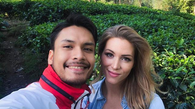 Randy Pangalila dan istri bulenya