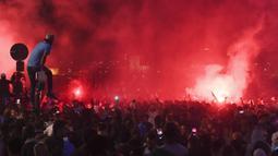Suporter Marseille turun ke jalan merayakan keberhasilan lolos ke final Liga Europa setelah mengalahkan Salzburg di Marseille, Kamis (3/5/2018). Marseille lolos dengan unggul agregat 3-2 atas Salzburg. (AFP/Anne-Christine Poujoulat)