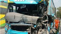 Bus Bintang Estu T 1682 GB menabrak truk bermuatan semen B 9325 TYT di Jalan Tol Cipularang KM 96.800 di jalur Jakarta mengarah ke Bandung, di wilayah Purwakarta, Selasa (12/11/2019). (Liputan6.com/Abramena)