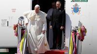 Paus Fransiskus menuruni tangga pesawat saat tiba di Terminal Udara Militer Bandara Don Muang, Bangkok, Thailand, Rabu (20/11/2019). Paus mengunjungi Thailand untuk meningkatkan moral minoritas Katolik dan berbicara tentang perdagangan manusia serta perdamaian. (AP Photo/Gregorio Borgia)