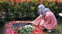Bunga Citra Lestari atau BCL ziarah ke makam Ashraf Sinclair